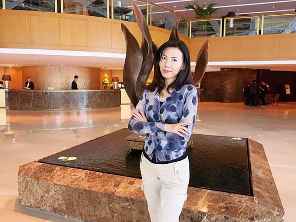 P5)我在金陵Lobby.JPG