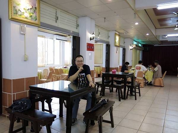 P5)澤治坐在餐廳內面帶笑容期待上菜.JPG