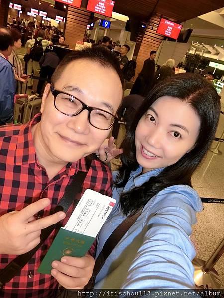 P1)5月1日我和咪呢在桃園機場阿聯酋航空櫃枱前.jpg