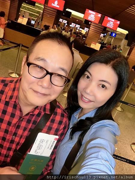 P6)5月1日我和咪呢在桃園機場阿聯酋航空櫃檯前.jpg