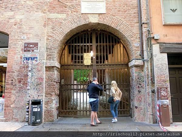 P27)5月5日清晨七點半,茱麗葉之家的大門還沒開。.jpg