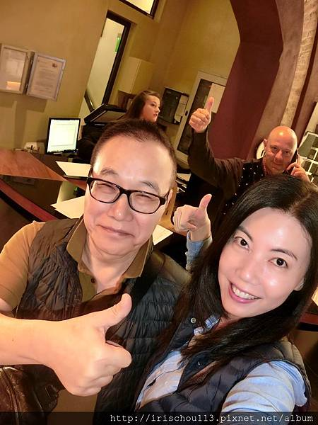P37)我和咪呢在Lobby,身後的那位光頭型男是前檯經理。.jpg