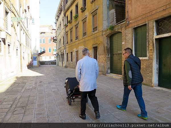 P4)離開威尼斯的酒店,走向碼頭。.jpg