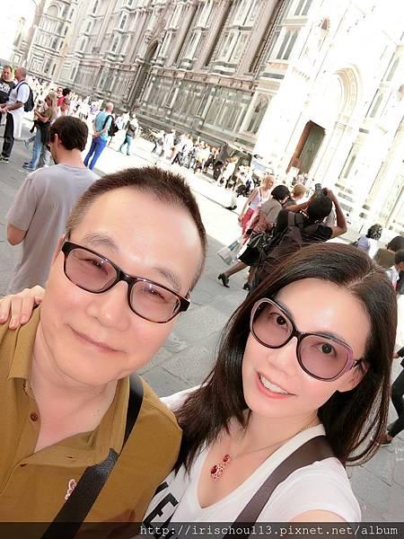 P16)我和咪呢在聖母百花教堂前.jpg