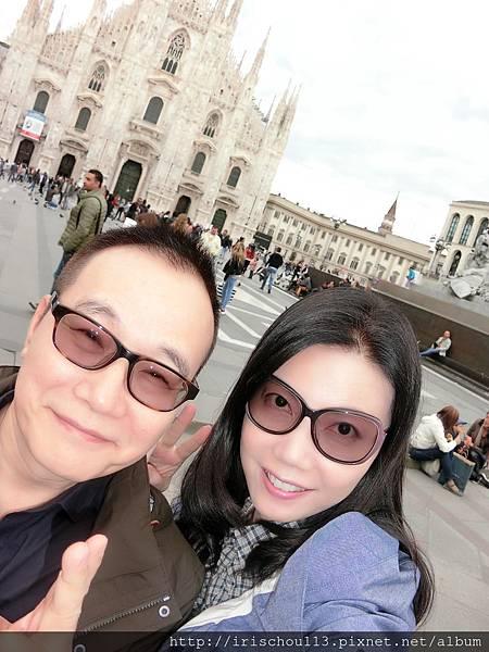 P11)我和咪呢在米蘭大教堂前.jpg