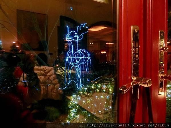 P25)落地窗外的聖誕造景.jpg