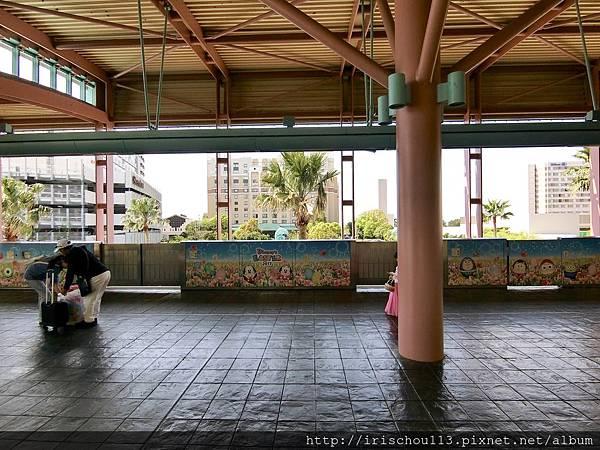 P2)從地鐵站遠望可見三家酒店相連,大倉居中,左為喜來登,右為希爾頓。.jpg
