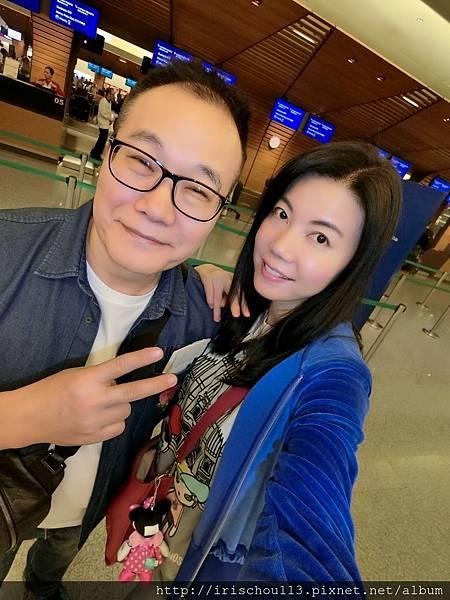 P1)我和咪呢在桃園機場國泰航空櫃檯前.jpg
