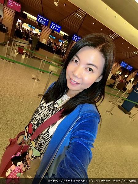 P2)我在國泰航空櫃檯前.jpg