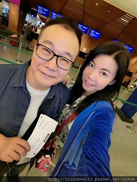 P5)我和咪呢在國泰航空櫃檯前.jpg