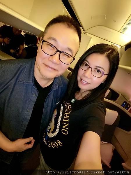 P30)我和咪呢在CX472班機.jpg