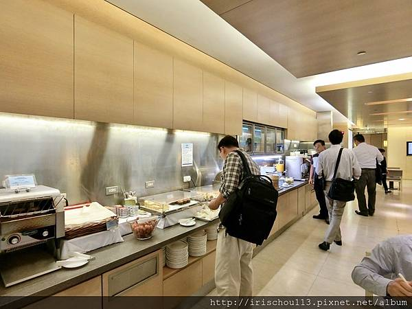 P7)華航VIP室餐枱區.jpg