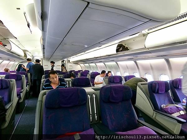 P13)CA186商務艙內觀.jpg