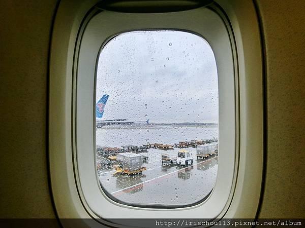 P15)坐在飛機上,可見窗外陰雨。.jpg