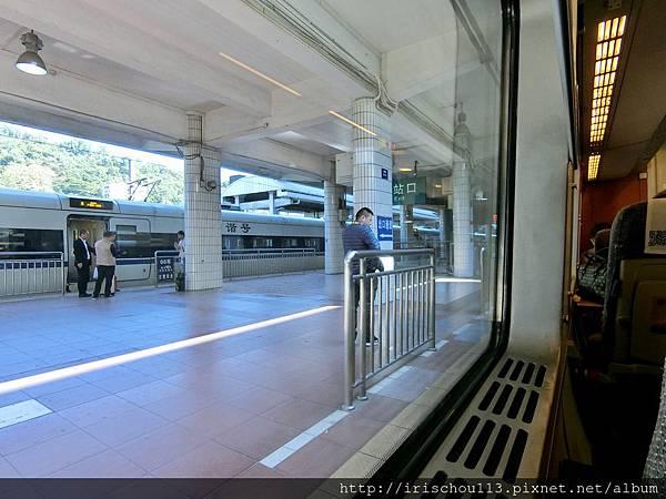 P17)窗外這位先生上車放了行李,又下車滑手機,不幸錯過了火車。.jpg