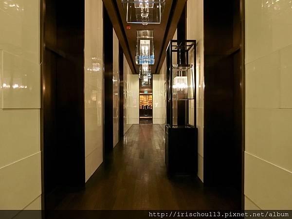 P14)幽暗狹長的一樓電梯間.jpg