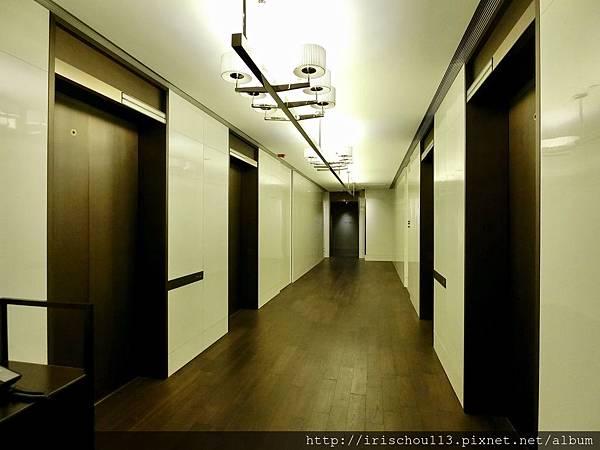 P16)依然幽暗的客房電梯間.jpg