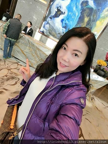 P27)我在深圳四季酒店一樓大廳.jpg