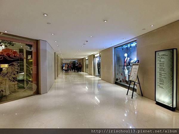 P20)新舊樓之間的長廊.jpg