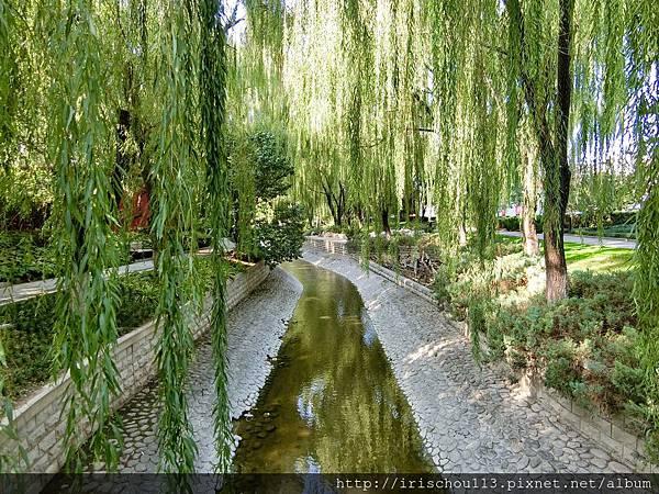 P13)街邊小溪頗有詩意.jpg