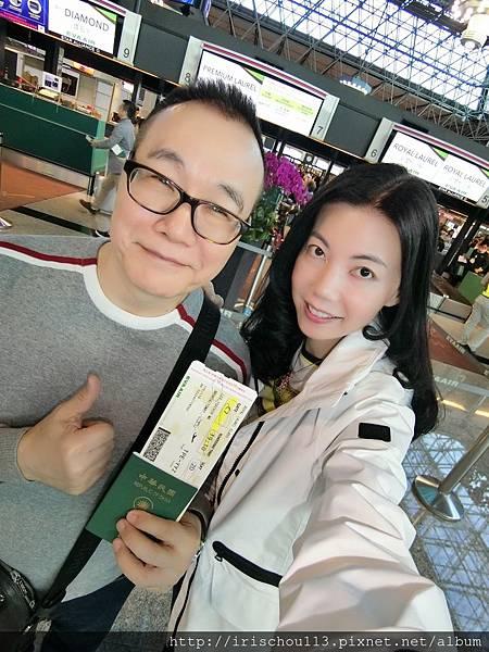 P1)我和咪呢在中正機場長榮航空櫃檯前.jpg