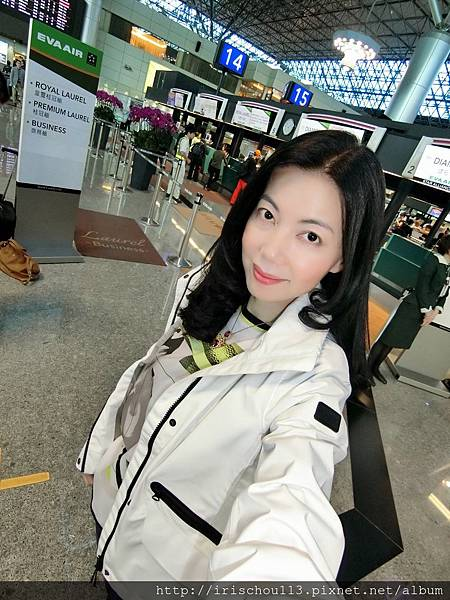 P2)我在長榮航空櫃檯前.jpg