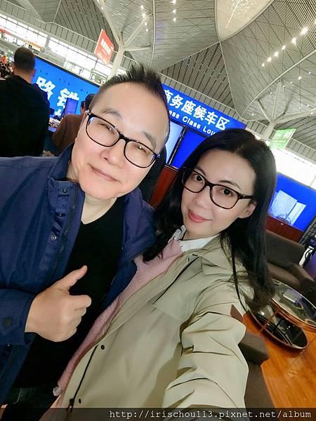 P4)我和咪呢在西安北站.jpg