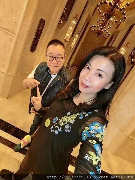 P13)我和咪呢在一樓電梯間.jpg