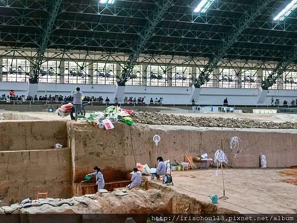 P7)兵馬俑展場內的考古人員.jpg