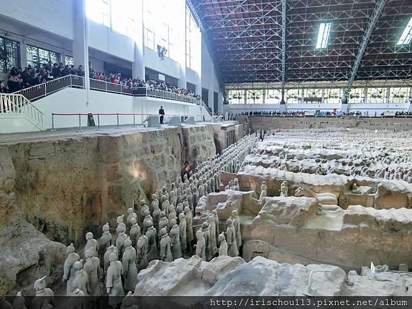 P21)兵馬俑展場內遊客塞爆.jpg