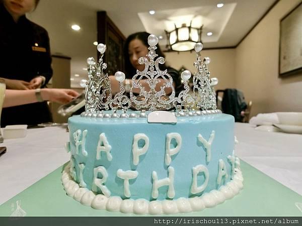P4)今年生日在南京,之前的秘書送我一個皇冠蛋糕。.jpg