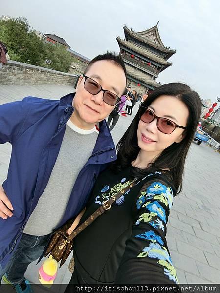 P1)今年十月我和咪呢在西安城牆上.jpg