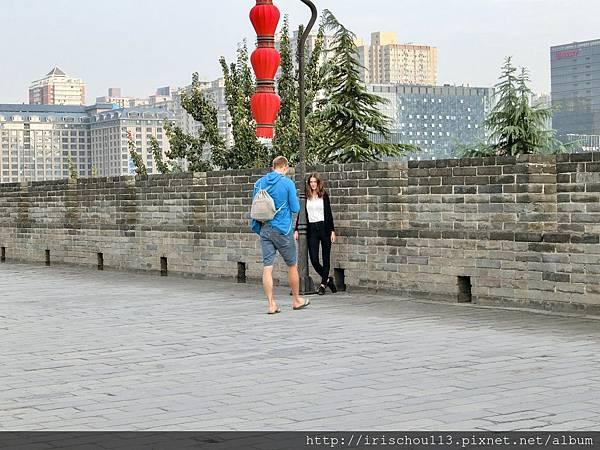 P9)西安城牆上的情侶.jpg