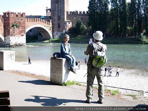 P15)橋下的中年夫婦.jpg