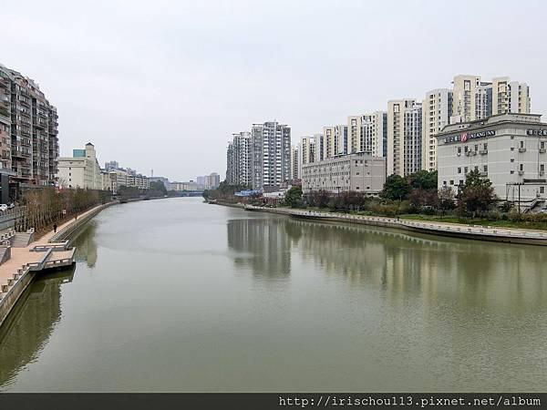 P2)我過去在南京的家就是本圖右前方的灰色大樓.jpg