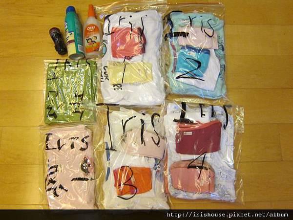 33一包一包裝入衣物的夾鏈袋.jpg