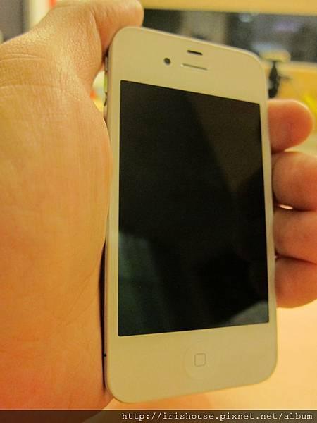 拿在手上的白色iPhone