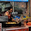 台北-寧夏夜市-圓環邊蚵仔煎+蚵仔湯+米糕+赤肉蒸餃+赤肉蛋包飯+赤肉咖哩+燒麻糬 (5)