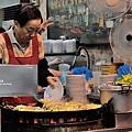 台北-寧夏夜市-圓環邊蚵仔煎+蚵仔湯+米糕+赤肉蒸餃+赤肉蛋包飯+赤肉咖哩+燒麻糬 (6)