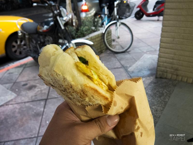 台北-碳烤厚燒餅和記豆漿店捷運麟光 (2).jpg