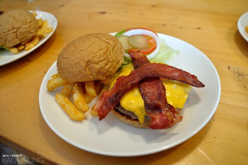 高雄-The way 菋-漢堡早午餐蛋捲-培根起司牛肉漢堡 (6).JPG