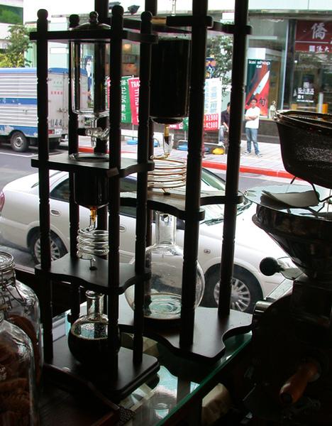 摩威咖啡館_大門邊的冰滴壺.JPG
