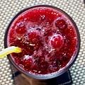 摩威咖啡館_冰蔓越莓汁上的新鮮果粒.JPG