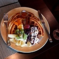 摩威咖啡館_美麗的冰淇淋水果鬆餅.JPG
