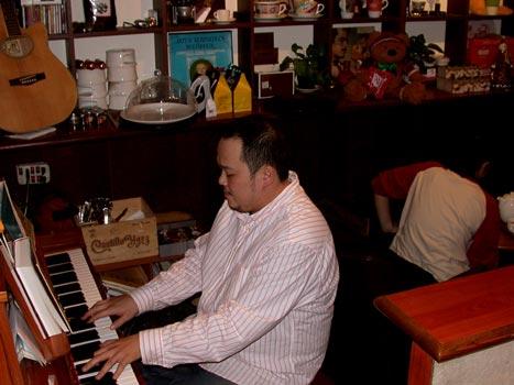 古德咖啡-老闆彈鋼琴.jpg
