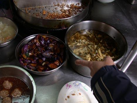 新生小吃-櫃檯的菜色.jpg