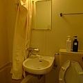 浴室更小!