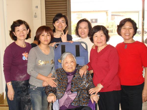 外婆與媳婦、女兒們