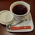 好用心的紅茶啦!瓷杯以外還有杯蓋和杯墊耶!