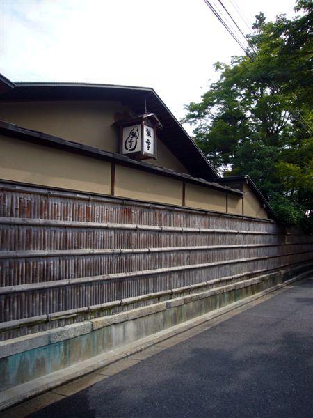別館與本館間的長籬笆